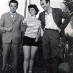 1953-ca.-Rimini.Vecchio-Sferisterio.-Zeno-Zaffagnini-Scilla-Gabel-Andrea-Checchi-protagonista-del-film-di-Carlo-Lizzani-Achtung-Banditi-1951-nella-pausa-di-una-partita-di-pallavolo